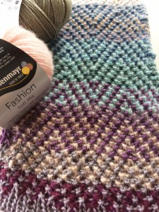 Mosaikmusterprobe aus diversen Farben Soft Mix zusammen mit Merino Extrafine Silky Soft 120 verstrickt